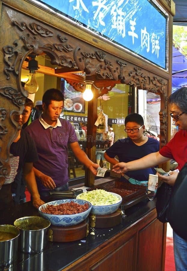Nourriture de achat de client à la rue musulmane, XI `, Chine photos libres de droits