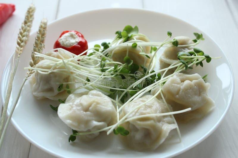 nourriture de champignons de blanc de vegan de dîner de poivre de ravioli photographie stock