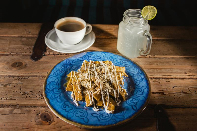 Nourriture de Chilaquiles, nachos, poulet et fromage mexicains Mexico images libres de droits