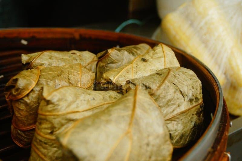 Nourriture de chinois traditionnel : zongzi et poulet visqueux de riz photo libre de droits