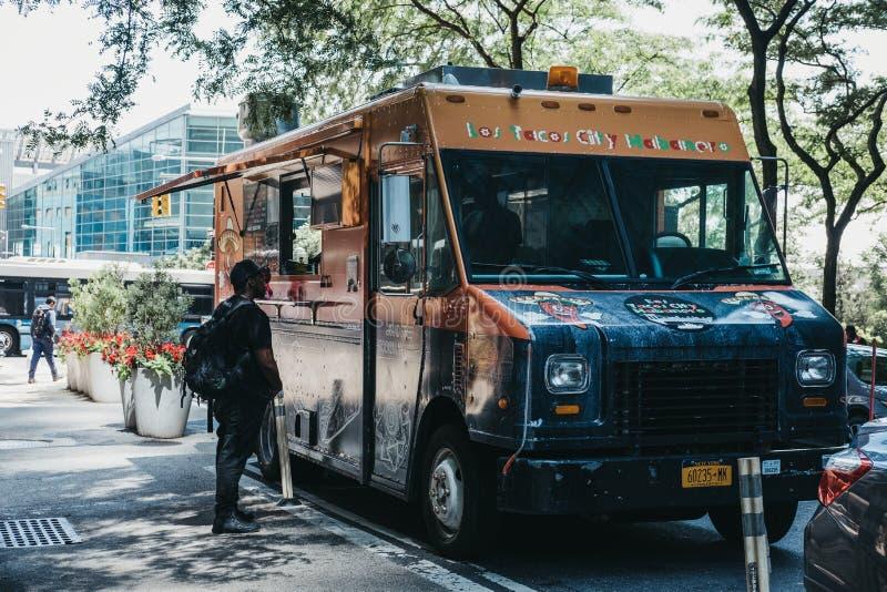Nourriture de commande d'homme du camion de Habanero de ville de Tacos de visibilité directe garé sur a photo libre de droits