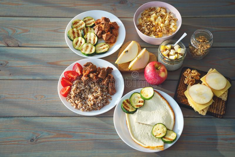 Nourriture de forme physique de santé dans des gamelles Placez le repas pour la journée entière photographie stock libre de droits