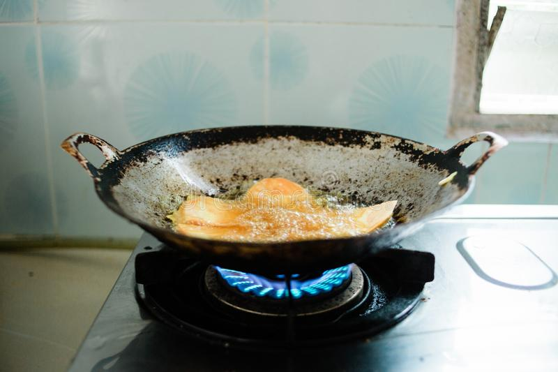 Nourriture de friture en huile chaude image stock