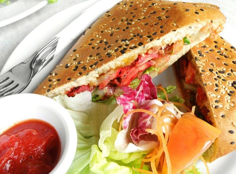 Nourriture de fusion - poulet de tandoori dans le foccacia sandwic image stock