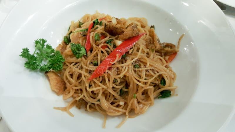 Nourriture de fusion, spaghetti thaïlandais de style dans le plat blanc photo libre de droits