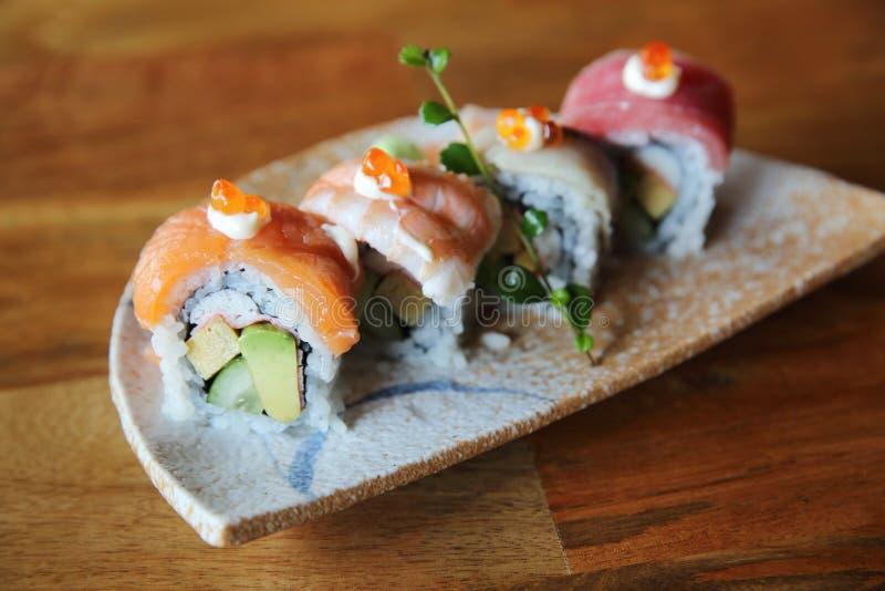 Nourriture de Japonais de petit pain de sushi de maki de mélange photo stock