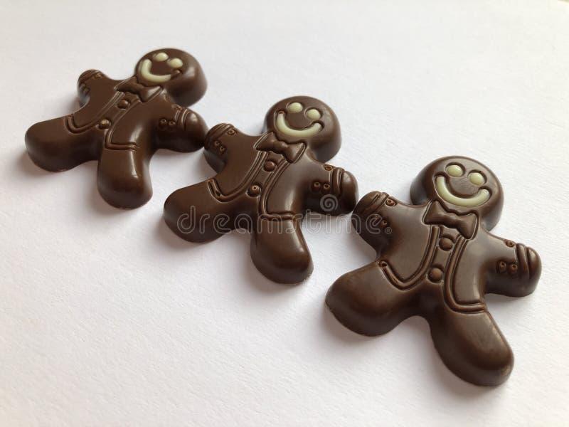 Nourriture de Noël, bonhommes en pain d'épice de chocolat photos libres de droits
