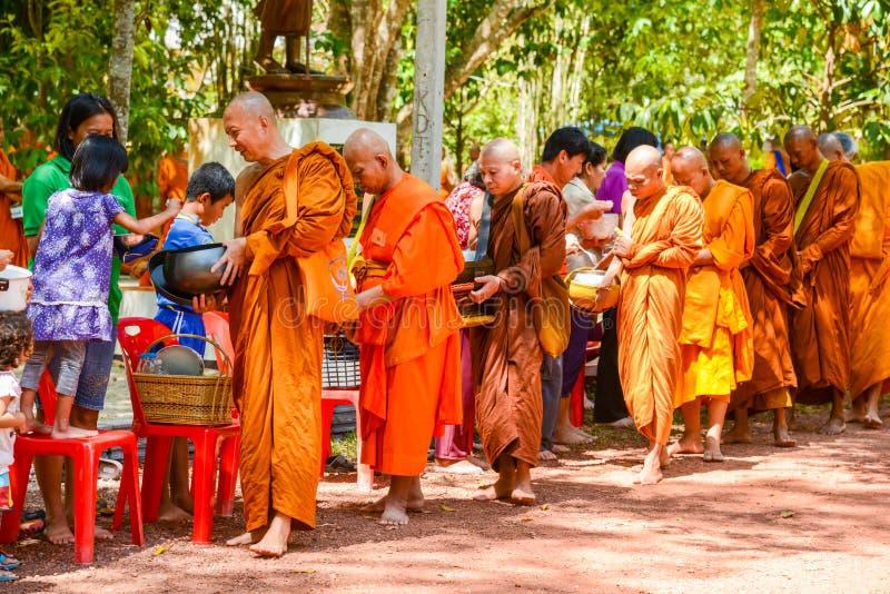 Nourriture de offre et choses de personnes aux moines bouddhistes photo libre de droits
