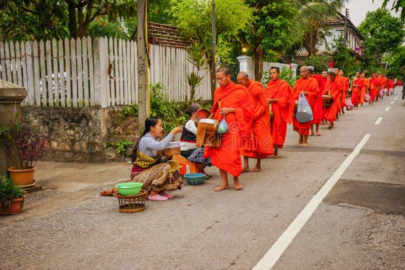 Nourriture de offre de personnes du Laos aux moines bouddhistes photographie stock libre de droits