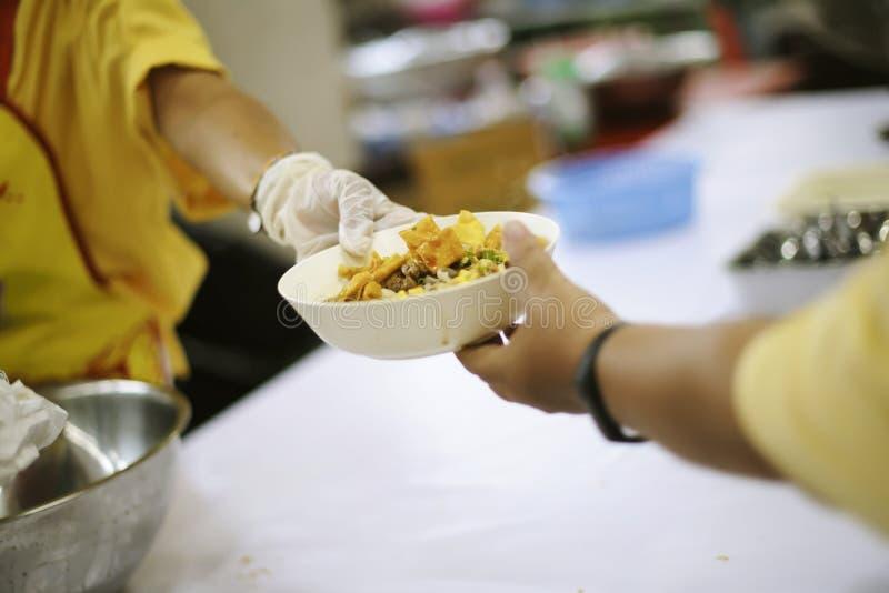 Nourriture de part aidant les personnes sans abri dans la société sur terre : Le concept de la faim de faim photo stock