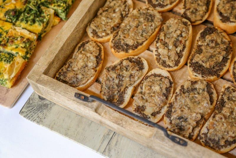 Nourriture de partie : Bruschette noire italienne de truffe - fin  photos libres de droits