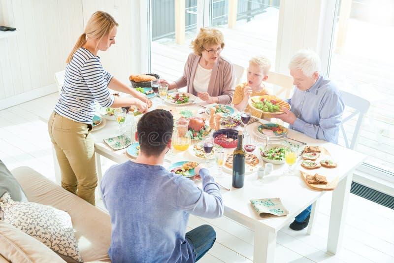 Nourriture de portion de mère au dîner de famille photographie stock libre de droits