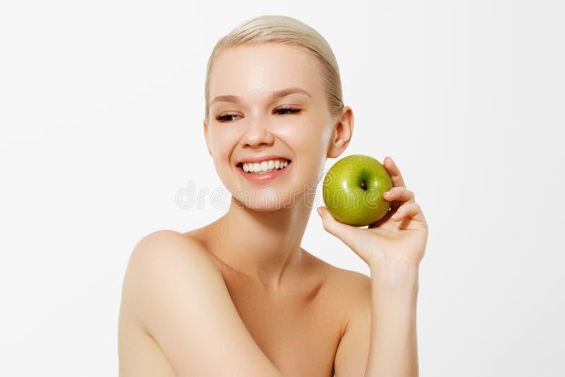 Nourriture de r?gime sain Portrait de plan rapproché de belle jeune femme de sourire heureuse avec le sourire parfait, dents et f photographie stock libre de droits