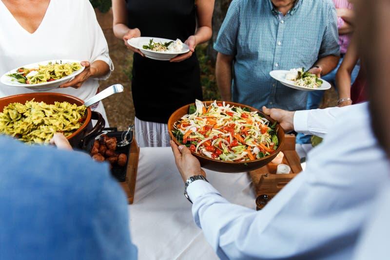 Nourriture de rue à un mariage ou à un dîner approvisionné différent d'événement images libres de droits