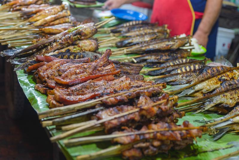 Nourriture de rue dans Luang Prabang, Laos Stalle délicieuse de nourriture vendant des bâtons de viande grillée à la cuisine asia photographie stock