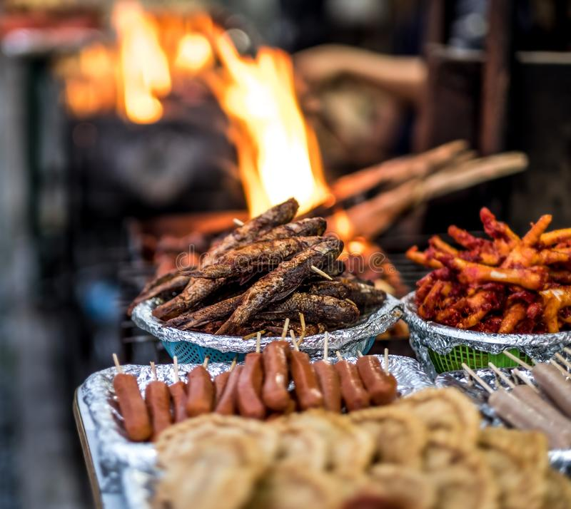 Nourriture de rue de Fried Nepalese sur le marché photographie stock libre de droits