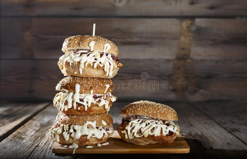 Nourriture de rue, hamburger, hamburger, délicieux, grand, rapide, nourriture, laitue, casse-croûte, style en bois, énorme, rural photo stock