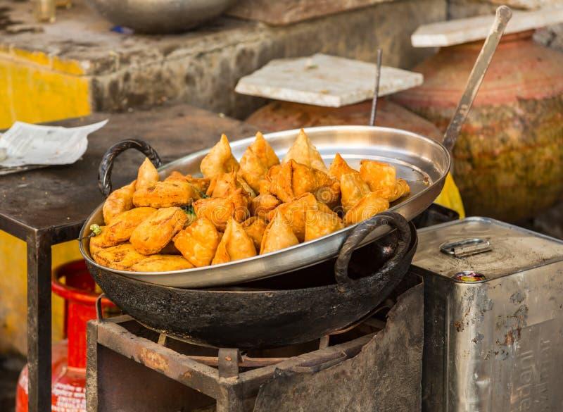 Nourriture de rue de Samosa en Inde photos stock