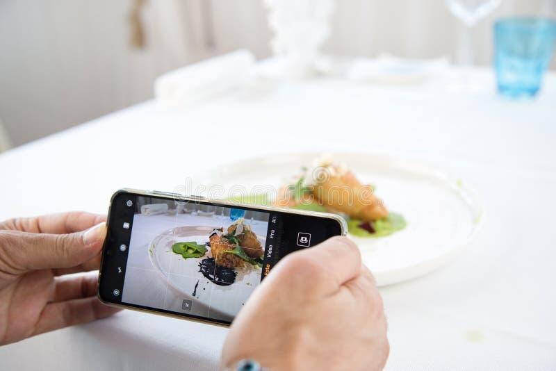 Nourriture de tir de photographe de nourriture sur la caméra du téléphone image stock