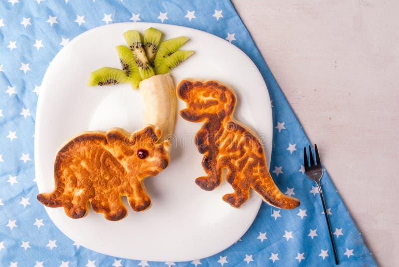Nourriture drôle pour des enfants : Crêpe sous forme de dinosaures photo stock