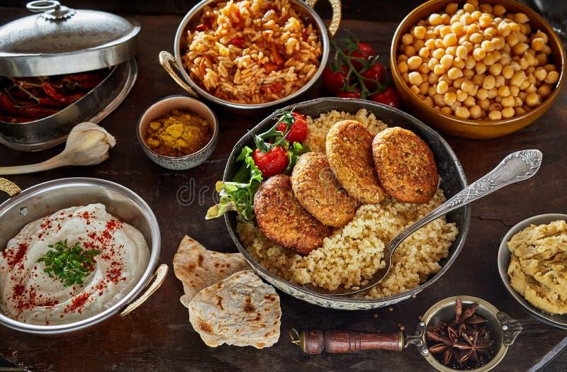 Nourriture du Moyen-Orient de cuisine servie photos stock