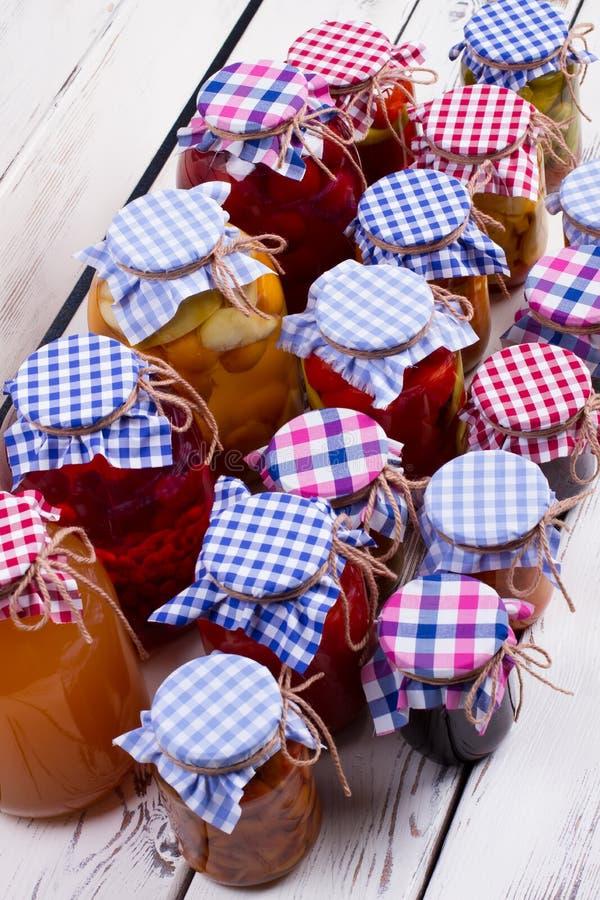 Nourriture en boîte dans des pots en verre photographie stock libre de droits