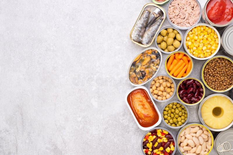 Nourriture en boîte sur le fond en pierre image stock