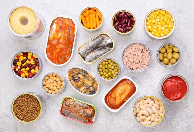 Nourriture en boîte sur le fond en pierre, vue supérieure image stock