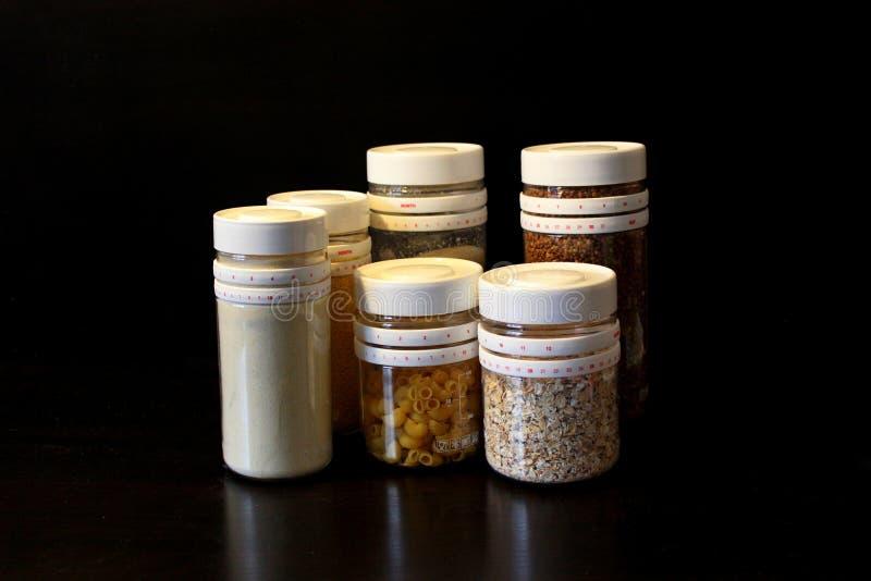 Nourriture en vrac dans des pots images libres de droits