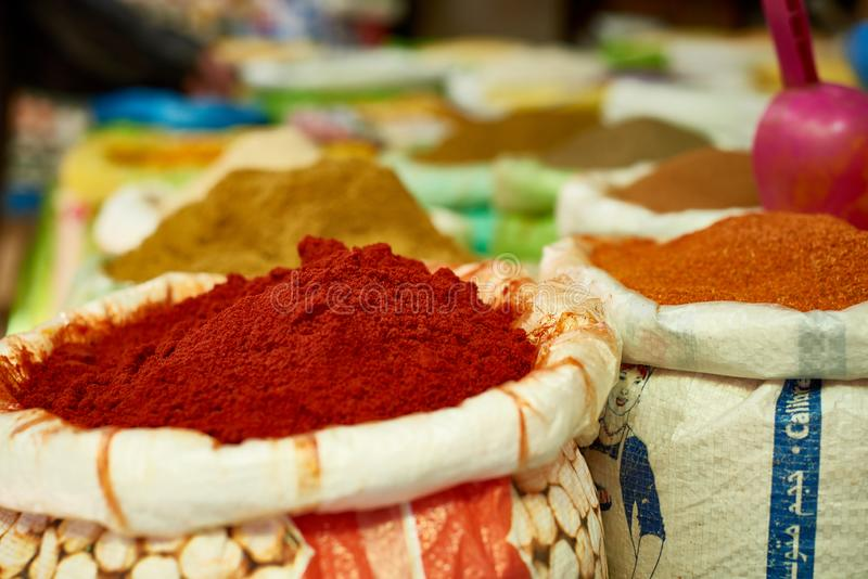 Nourriture et épices à vendre au bazar de rue en Médina images stock