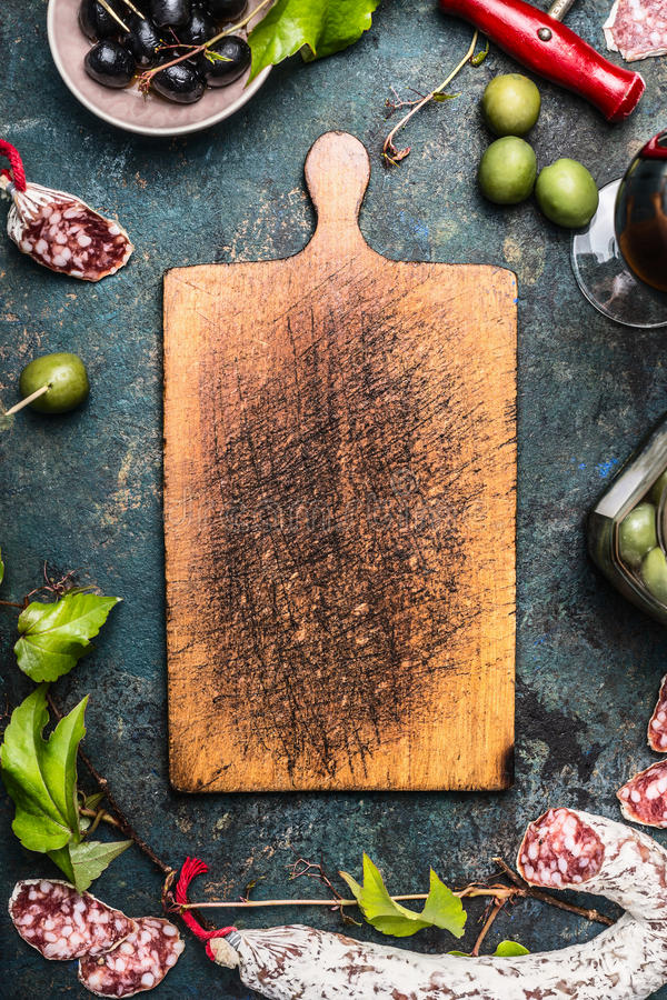 Nourriture et antipasti italiens autour de vieille planche à découper en bois, vue supérieure photographie stock