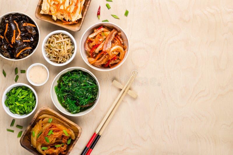 Nourriture et baguettes coréennes assorties sur le fond en bois photographie stock libre de droits
