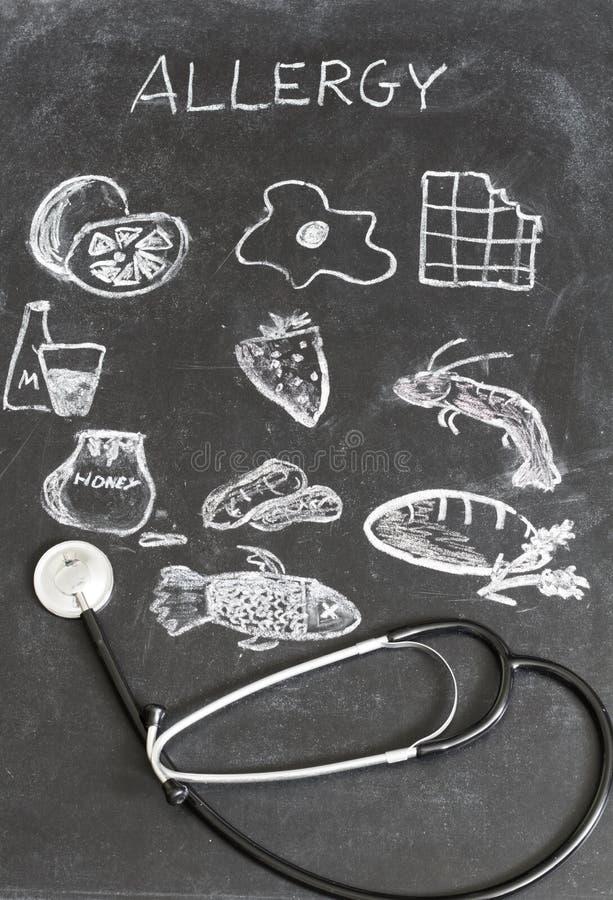 Nourriture et boissons d'allergie sur le tableau noir photos stock