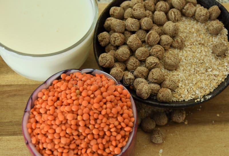 Nourriture et boissons saines, k?phir, son, boules et c?r?ales des lentilles rouges images stock