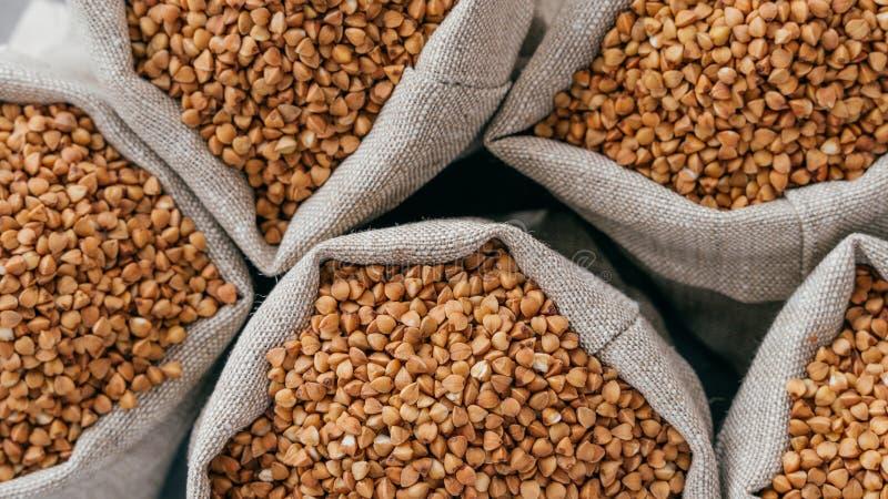nourriture et concept sain de consommation Tir haut étroit de sarrasin cru dans des sacs consolidez Céréales saines sèches Ingr?d photographie stock libre de droits