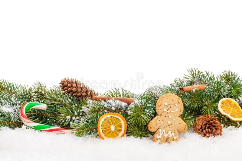 Nourriture et décor de Noël au-dessus d'arbre de sapin de neige image stock