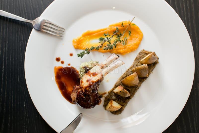 Nourriture exquise délicieuse grand repas cuit de viande, pommes de terre, potiron photo stock