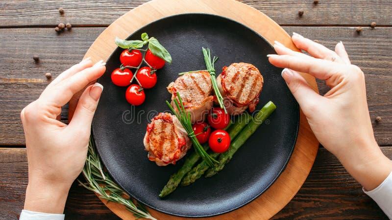 Nourriture faisant cuire d?nommant les m?daillons grill?s de filet images libres de droits
