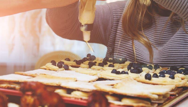 Nourriture femelle de coupe de mains photographie stock