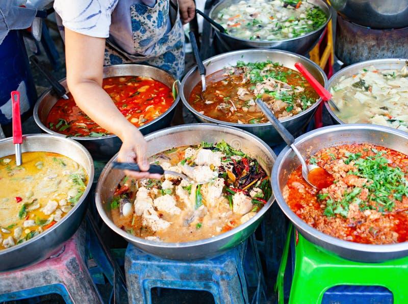 nourriture fraîche délicieuse de rue en Thaïlande - vue supérieure - cari thaïlandais, tamarinier, Tom Yam, crevette, porc, le th images stock