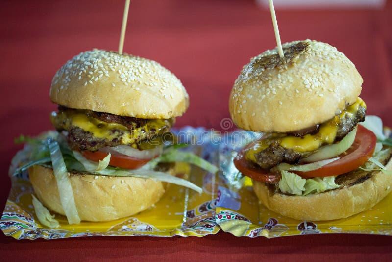 Nourriture fraîche de rue d'hamburgers image libre de droits