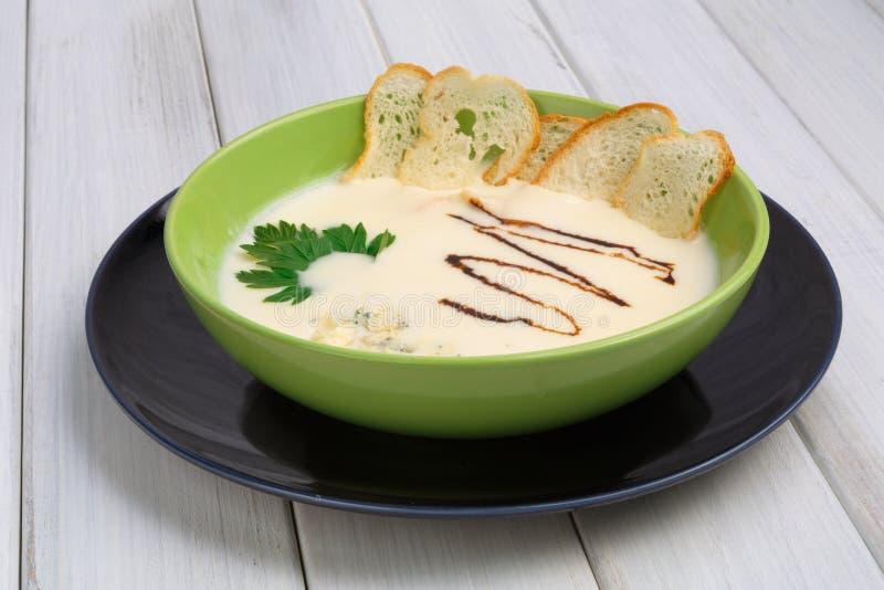 Nourriture française de restaurant de cuisine Plat chaud, soupe à champignons crémeuse images stock