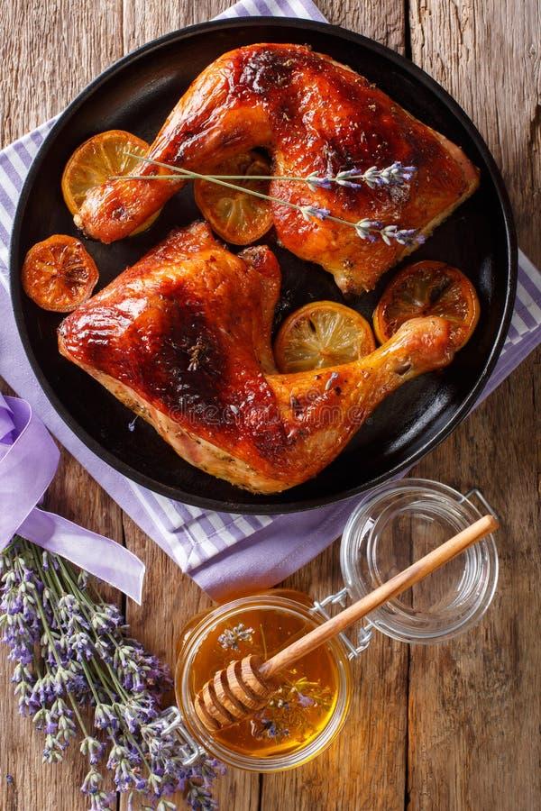 Nourriture française : jambes de poulet frites de quarts avec du miel de lavande, PS images stock