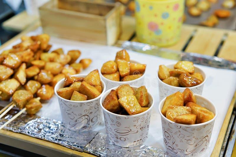 Nourriture frite au marché en plein air ouvert de Myeongdong Séoul photographie stock