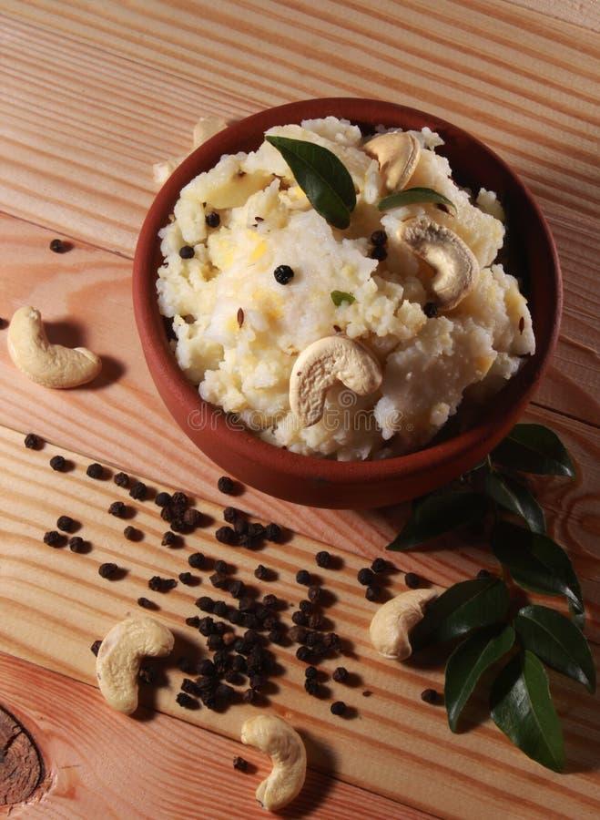Nourriture indienne du sud de pongal avec des feuilles de noix de cajou, de poivre et de cari image libre de droits