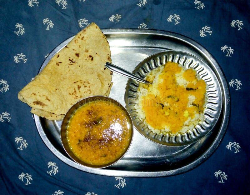 Nourriture indienne traditionnelle Thali complètement des éléments nutritifs images libres de droits