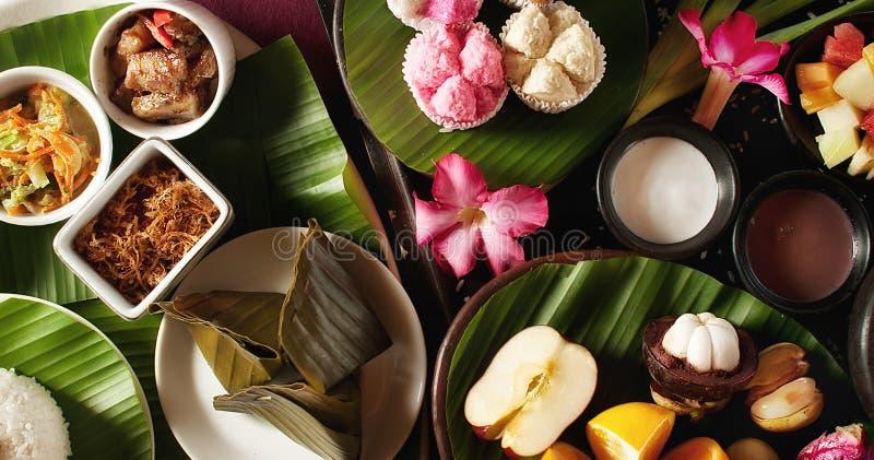 Nourriture indonésienne avec le fruit photos stock