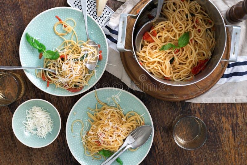 Nourriture italienne et vin blanc sur le fond en bois foncé images libres de droits