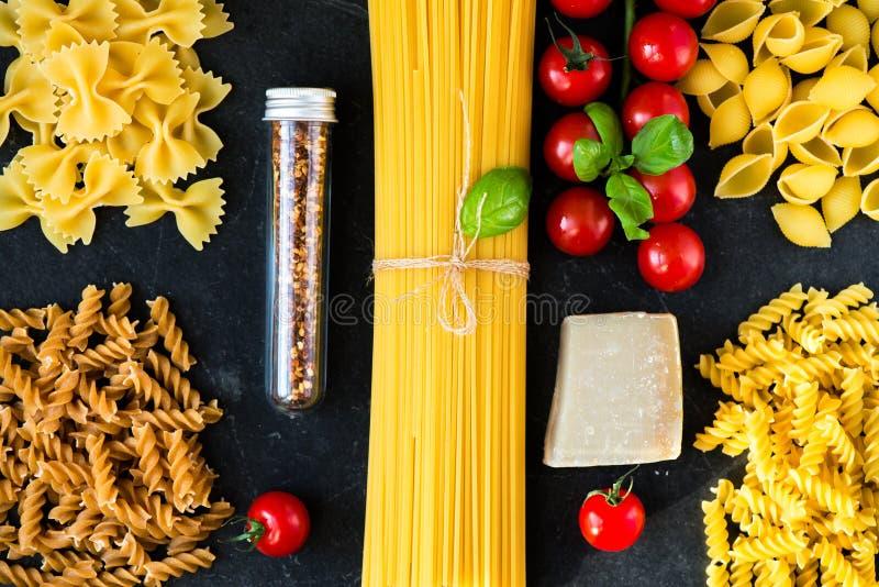 Nourriture italienne faisant cuire des ingrédients de pâtes image libre de droits