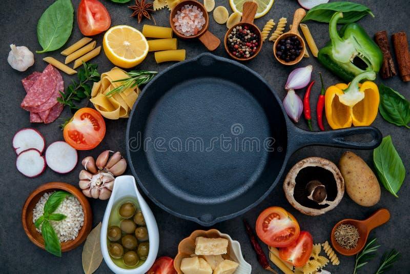 Nourriture italienne faisant cuire des ingrédients sur le fond en pierre foncé avec I photo libre de droits
